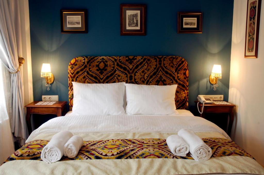 A bed or beds in a room at Hotel Djem
