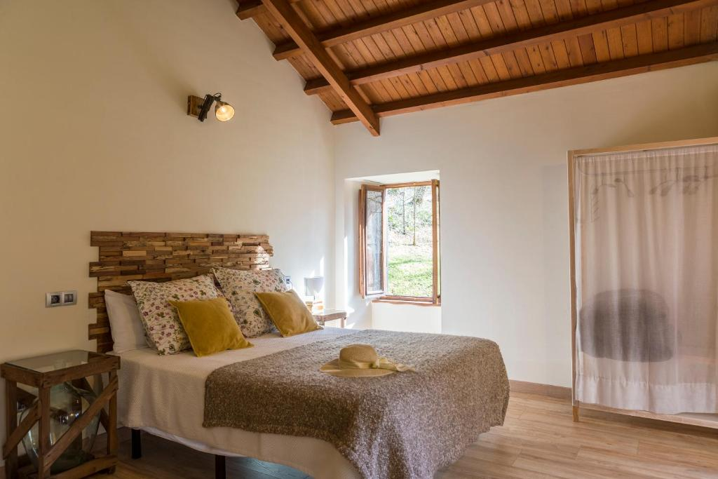 A bed or beds in a room at Casas del Molino - Muiños do Mainzoso