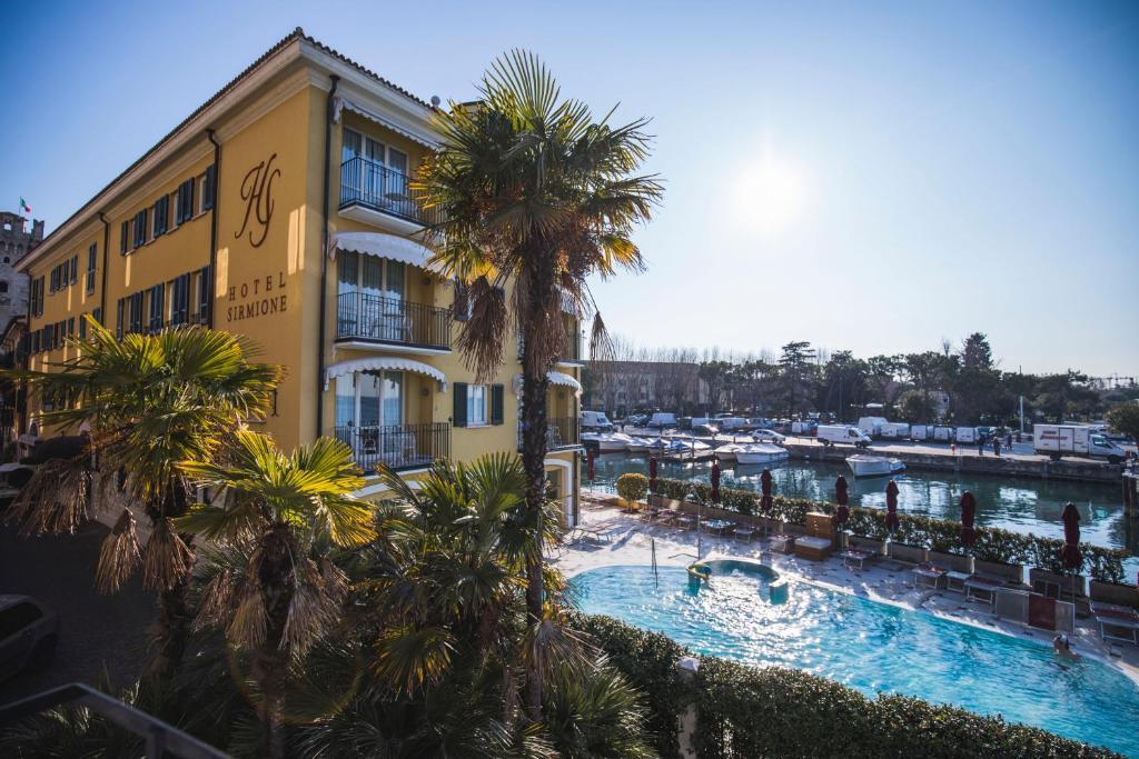 Uitzicht op het zwembad bij Hotel Sirmione of in de buurt