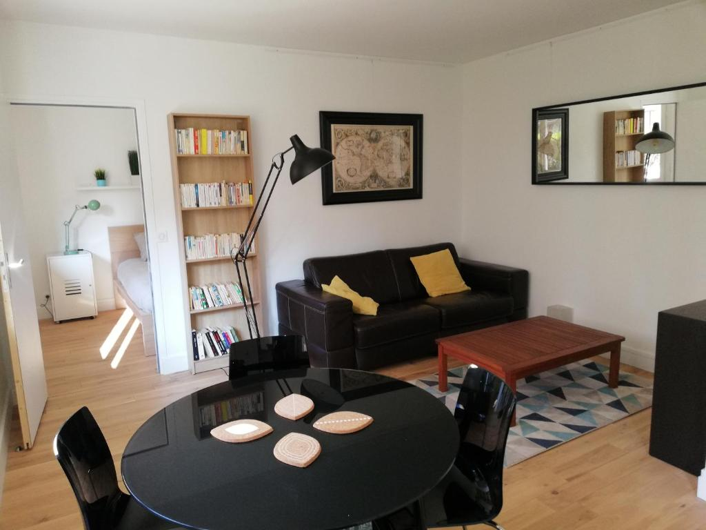 A seating area at Cosy Apartment Anatole Vitry