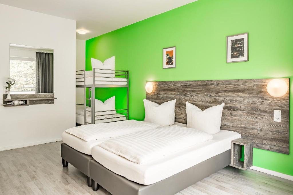 Letto o letti in una camera di Alecsa Hotel am Olympiastadion