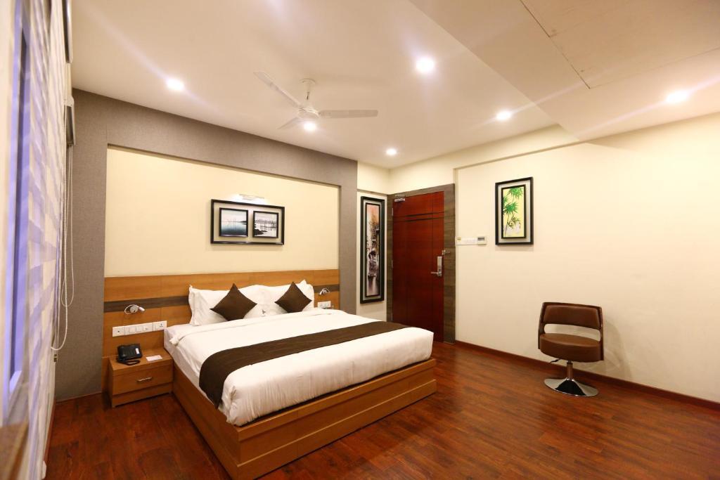 Ein Bett oder Betten in einem Zimmer der Unterkunft OYO 8108 Adore Residency