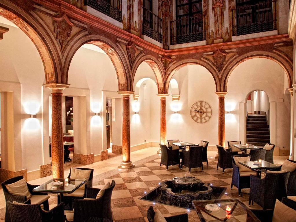 Un restaurante o sitio para comer en Eurostars Patios de Cordoba