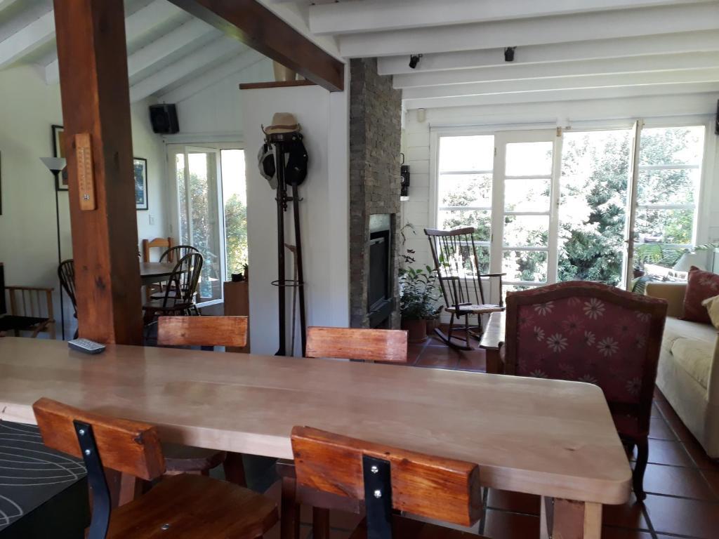 La sala de estar o bar de cabaña con arroyo