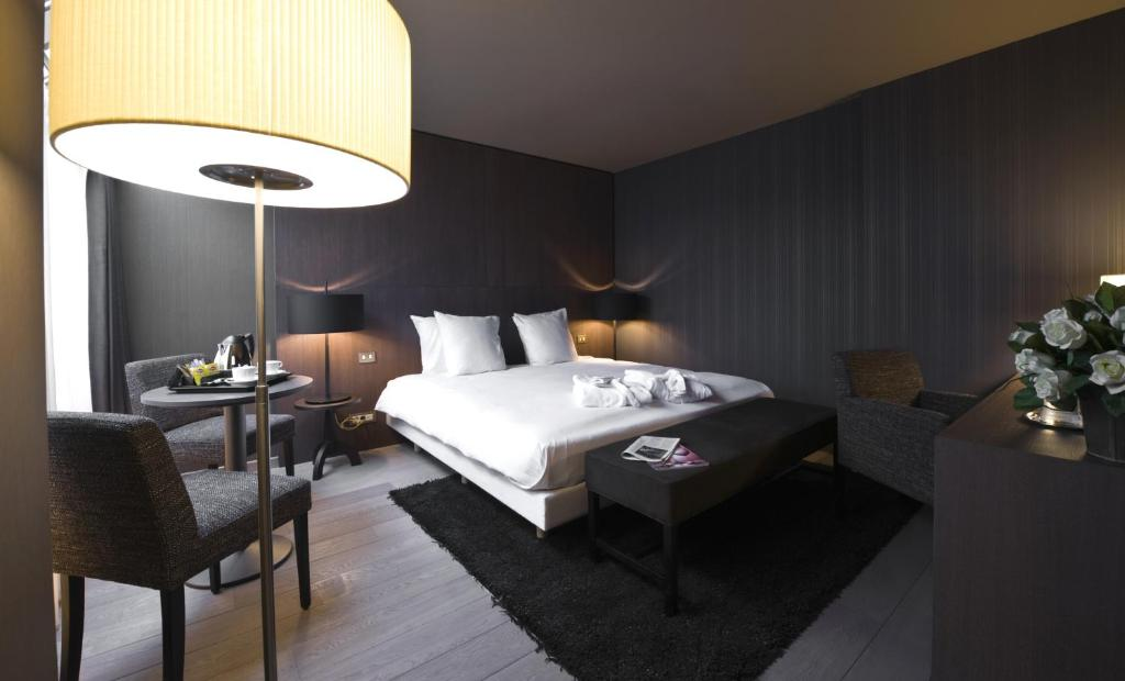 A bed or beds in a room at Flanders Hotel