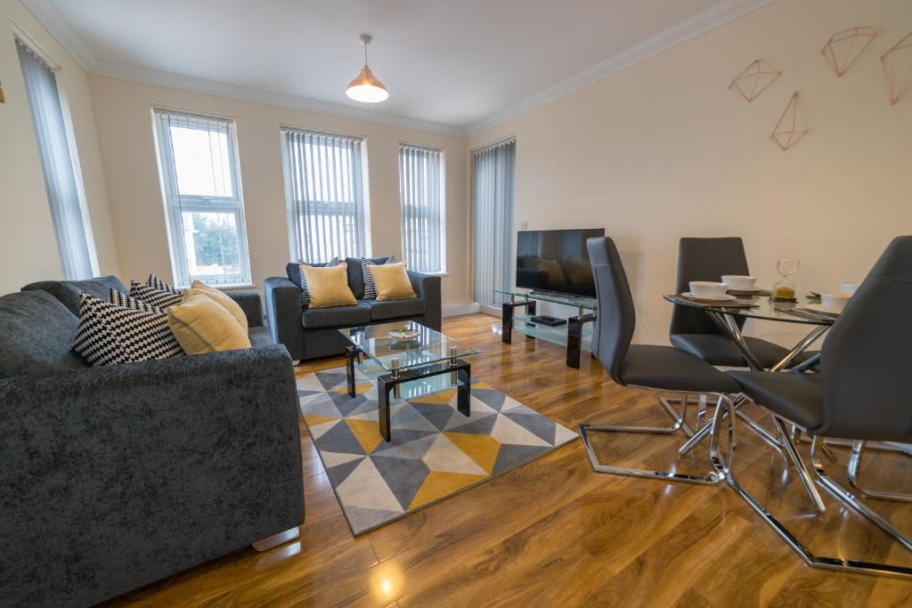 A seating area at London Heathrow Serviced Apartments