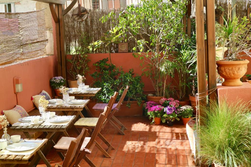 A restaurant or other place to eat at Poblenou B&B