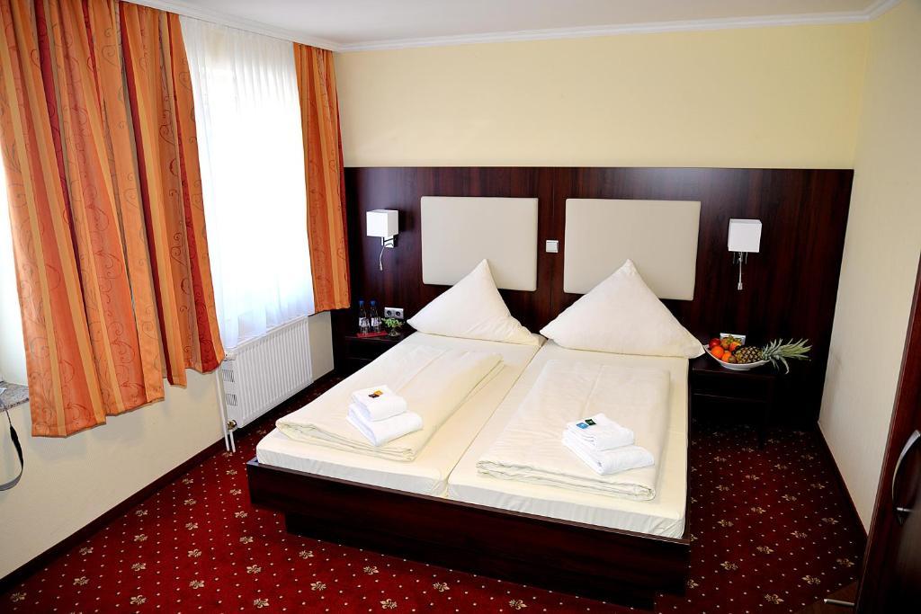Ein Bett oder Betten in einem Zimmer der Unterkunft Hotel Neugrabener Hof