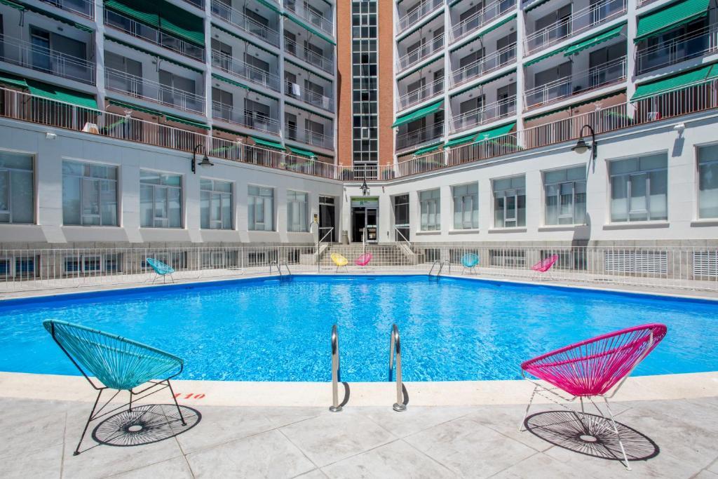 Residencia Universitaria Vallehermoso tesisinde veya buraya yakın yüzme havuzu