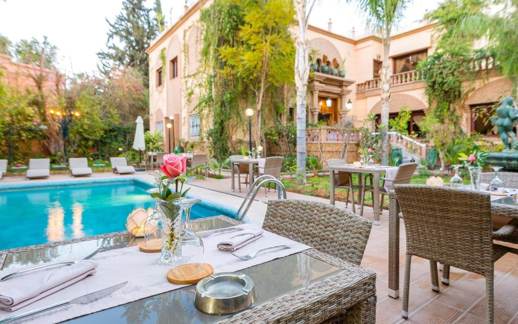 A restaurant or other place to eat at Hivernage Secret Suites & Garden