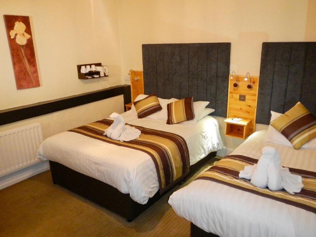 Ein Bett oder Betten in einem Zimmer der Unterkunft Burton Hotel