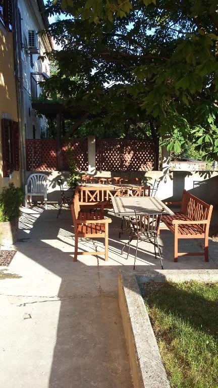 Restavracija oz. druge možnosti za prehrano v nastanitvi Hostel Pod kostanji
