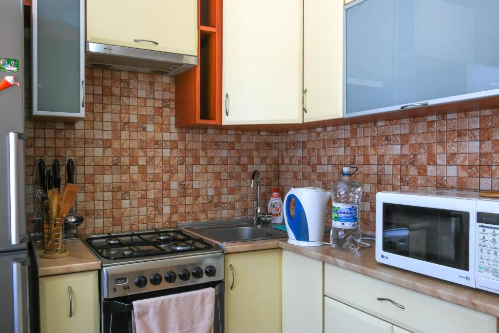 A kitchen or kitchenette at Apart39 on Kuybysheva 43