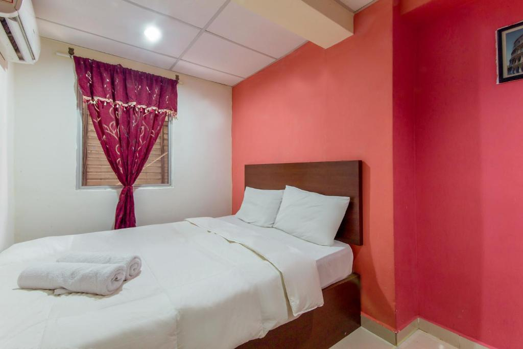 A bed or beds in a room at Hotel Royal Palm Lodge