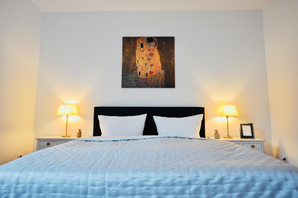 A bed or beds in a room at Top Central Kaerntnerstrasse Apartment 80 sq.m.