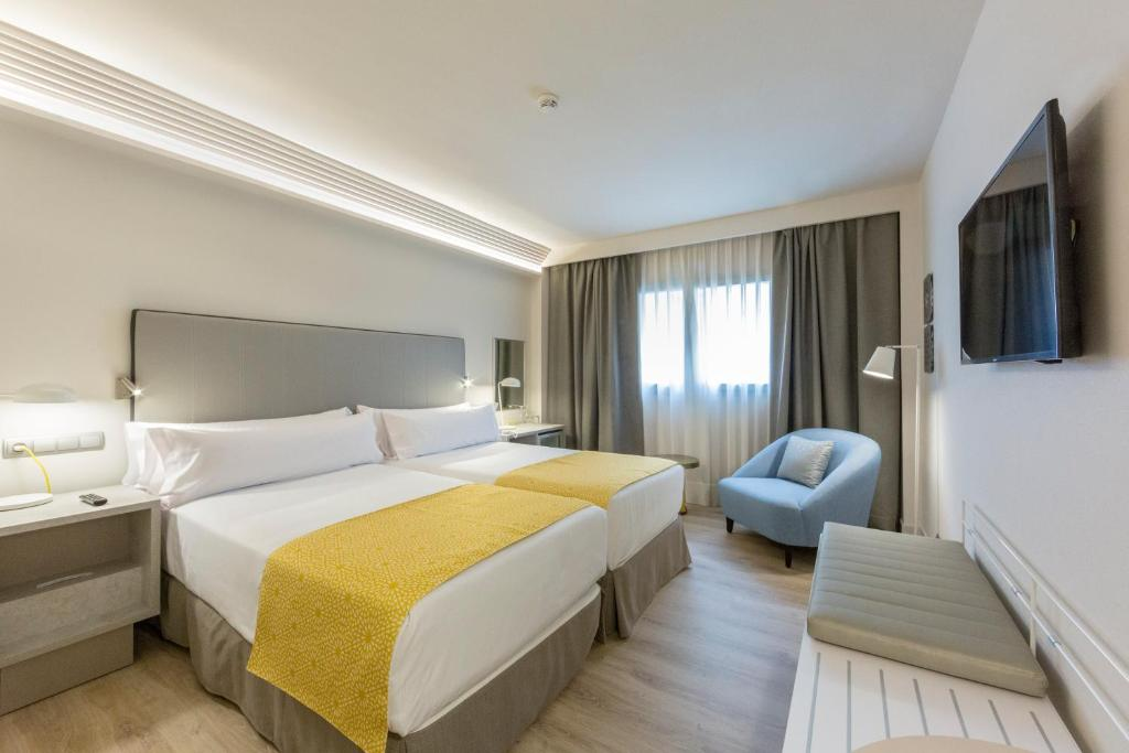 A bed or beds in a room at Catalonia Granada