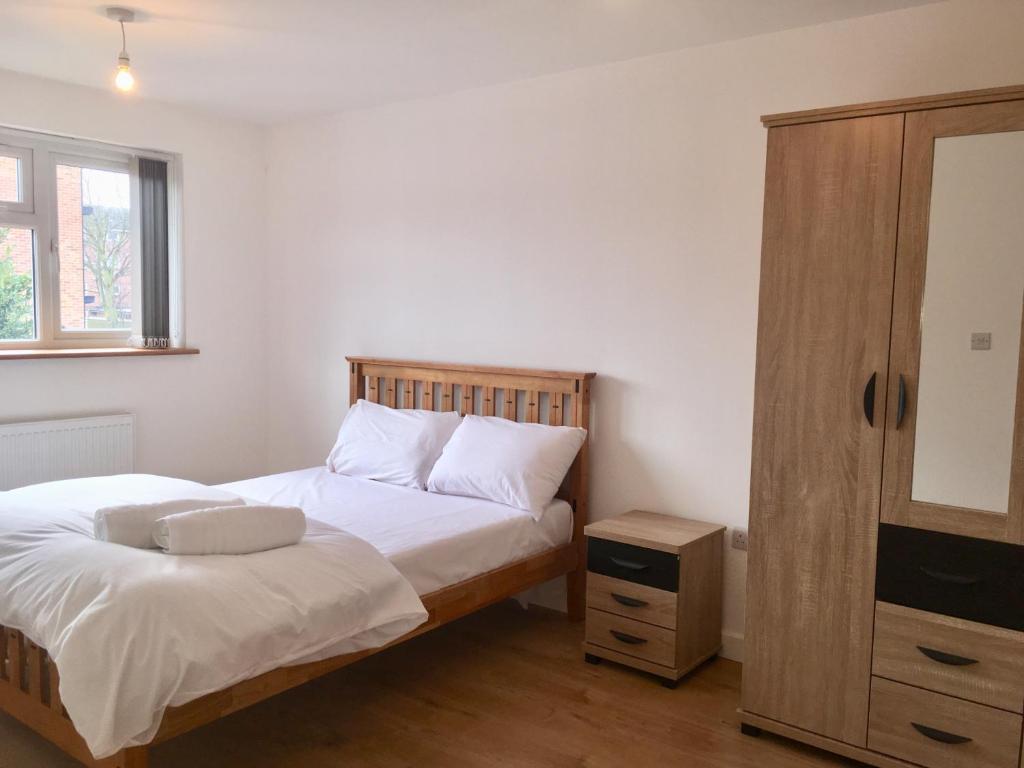 Un pat sau paturi într-o cameră la Cabot Inn