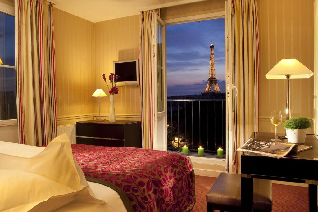 A bed or beds in a room at Hotel Duquesne Eiffel