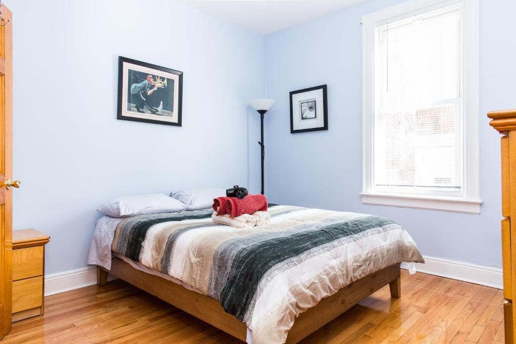 A bed or beds in a room at Suite Dante/15 min to Midtown