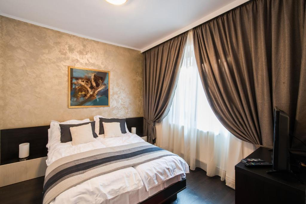 A bed or beds in a room at Brezoianu Hause