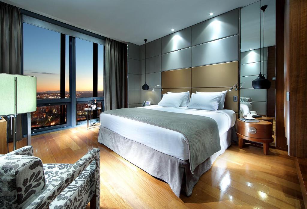 سرير أو أسرّة في غرفة في يوروستارز مدريد تاور