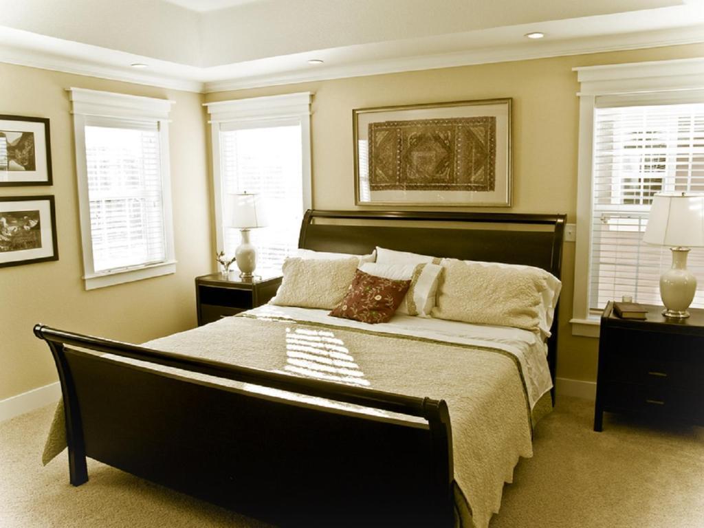 En eller flere senge i et værelse på Mississauga Furnished Apartments