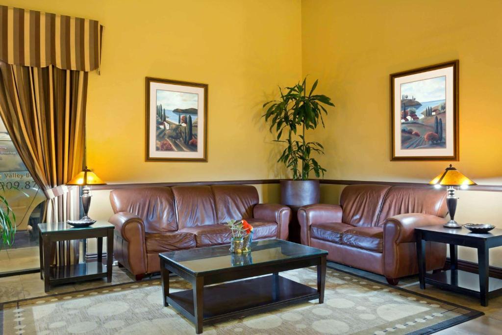 Predel za sedenje v nastanitvi Days Inn by Wyndham Fontana / Rialto