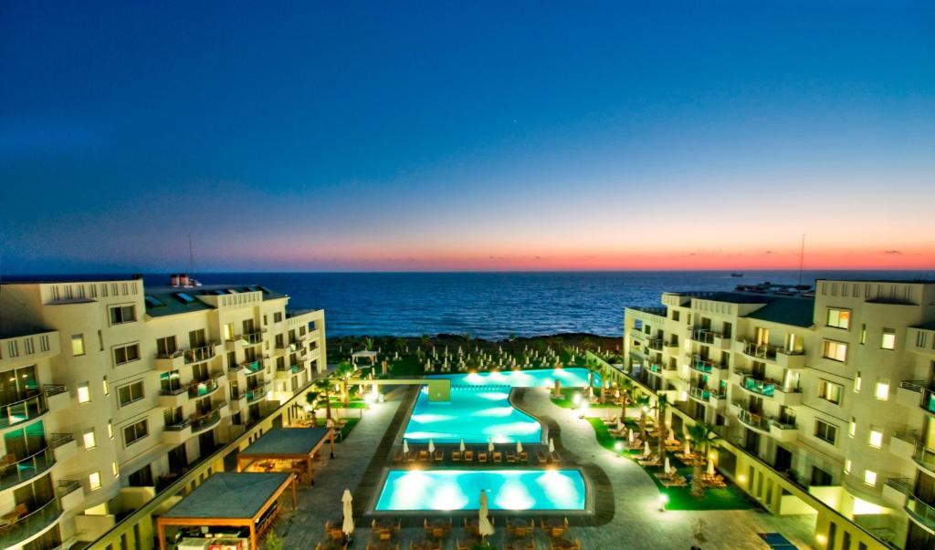 Вид на басейн у Capital Coast Resort And Spa або поблизу