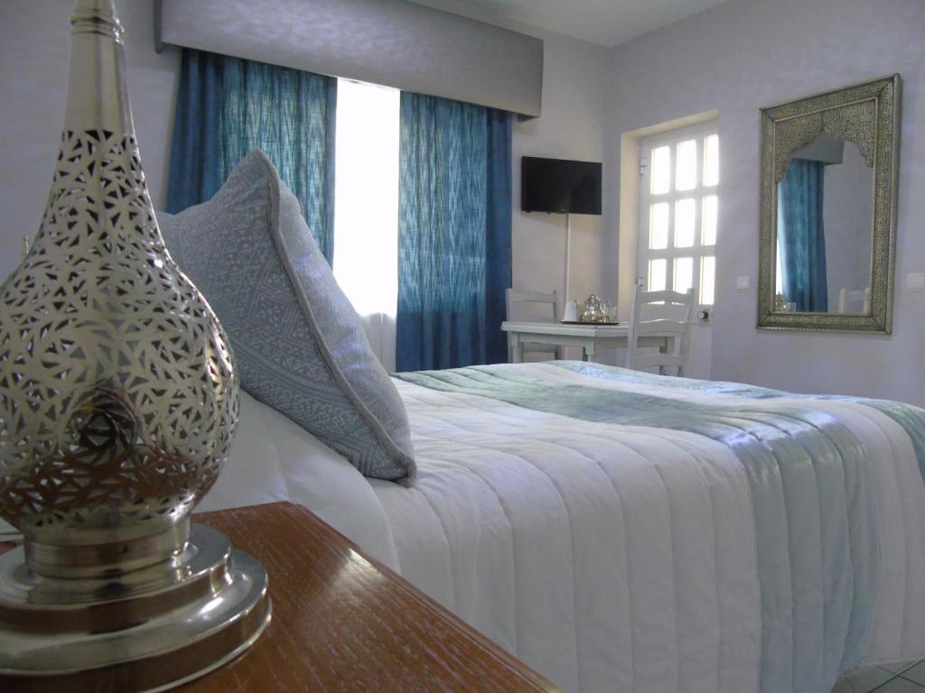 Säng eller sängar i ett rum på Lagos Guests B&B