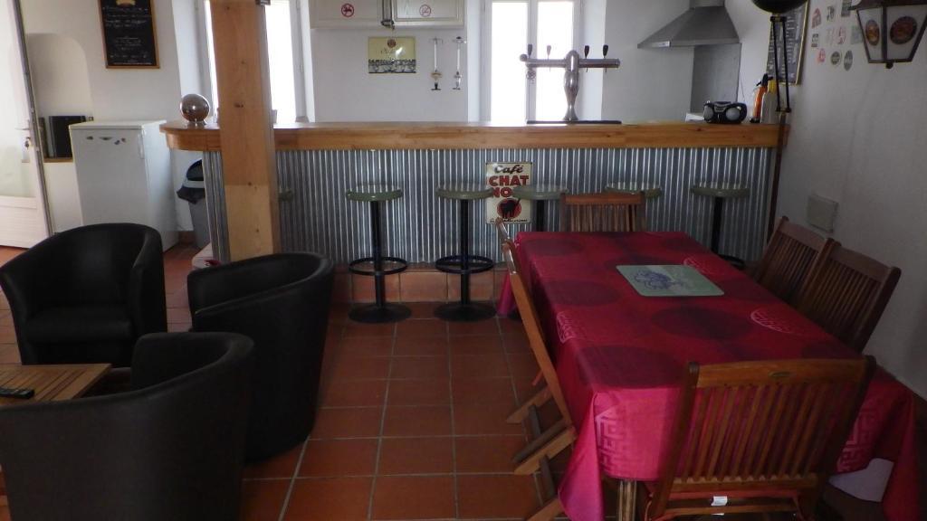 The lounge or bar area at Les Gîtes Du Vieux Frêne