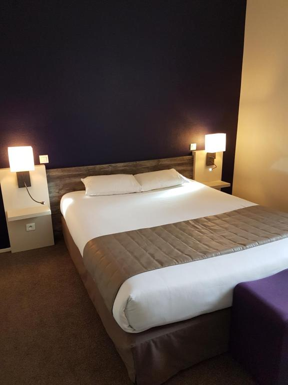 A bed or beds in a room at Le Corbeau
