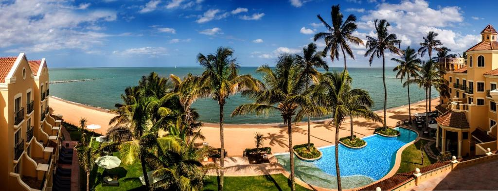 A view of the pool at Southern Sun Maputo or nearby