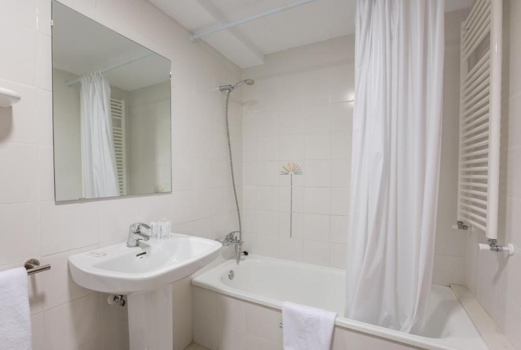 A bathroom at Pierre & Vacances Benidorm Levante