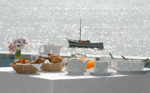 Breakfast options available to guests at Lo Scoglio