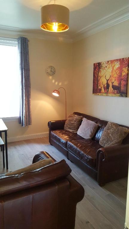 A seating area at Balmara Apartment