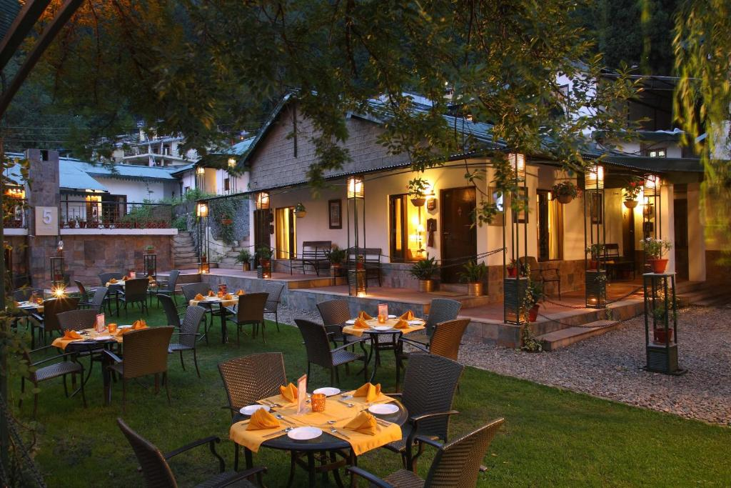 A restaurant or other place to eat at Shervani Hilltop Resort