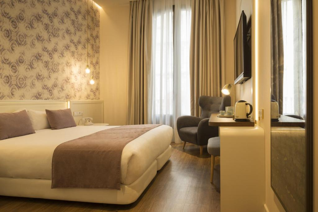 A bed or beds in a room at ICON BCN by Petit Palace