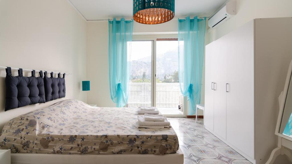 A bed or beds in a room at Terrace with sea view in Mondello