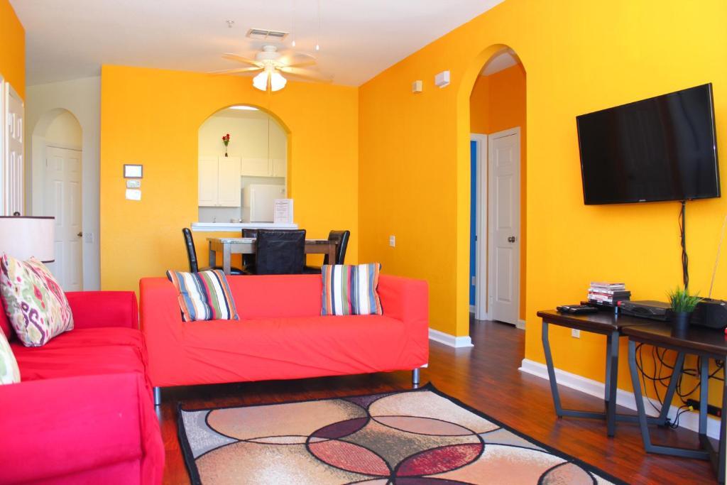 A seating area at Green Condo at Windsor Palms Resort