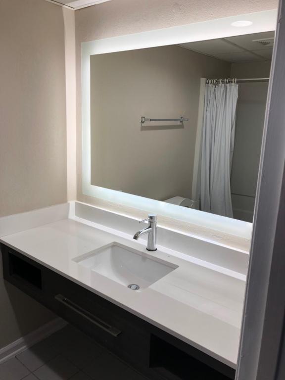 A bathroom at Tropical Seas Hotel