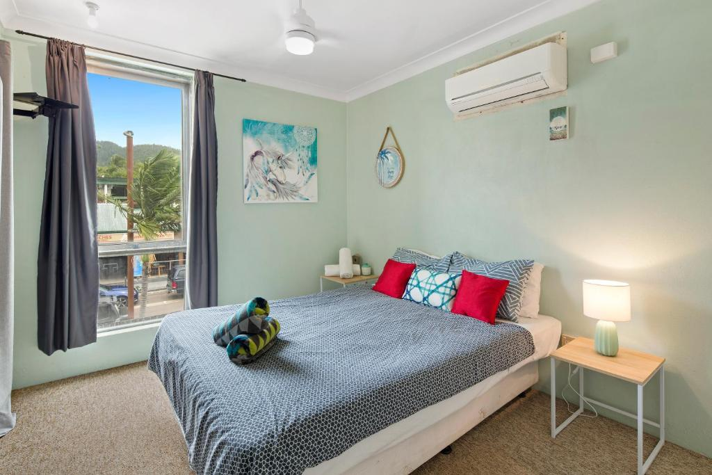 A bed or beds in a room at Location! 2BR Town View Unit in Centre of Airlie.
