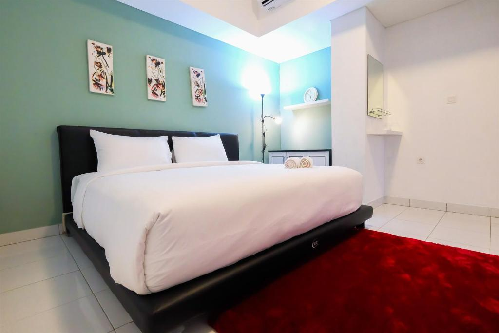 A bed or beds in a room at Elegant 1 BR Loft Casa De Parco Apartment By Travelio