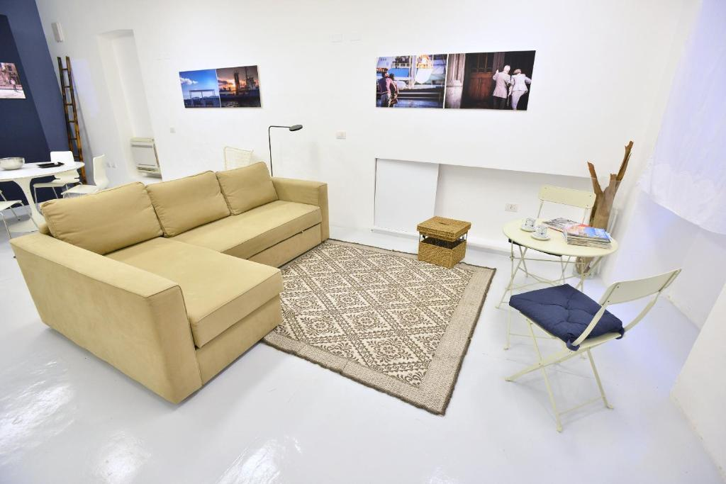 A seating area at IzzHome Loft 84