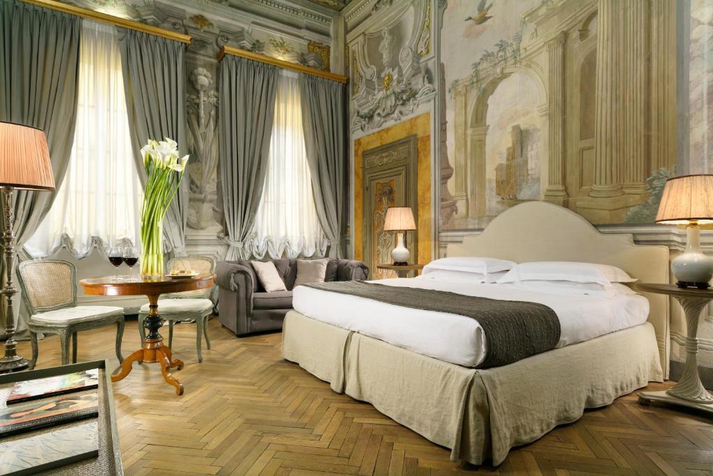 Säng eller sängar i ett rum på Al Palazzo del Marchese di Camugliano Residenza d'Epoca