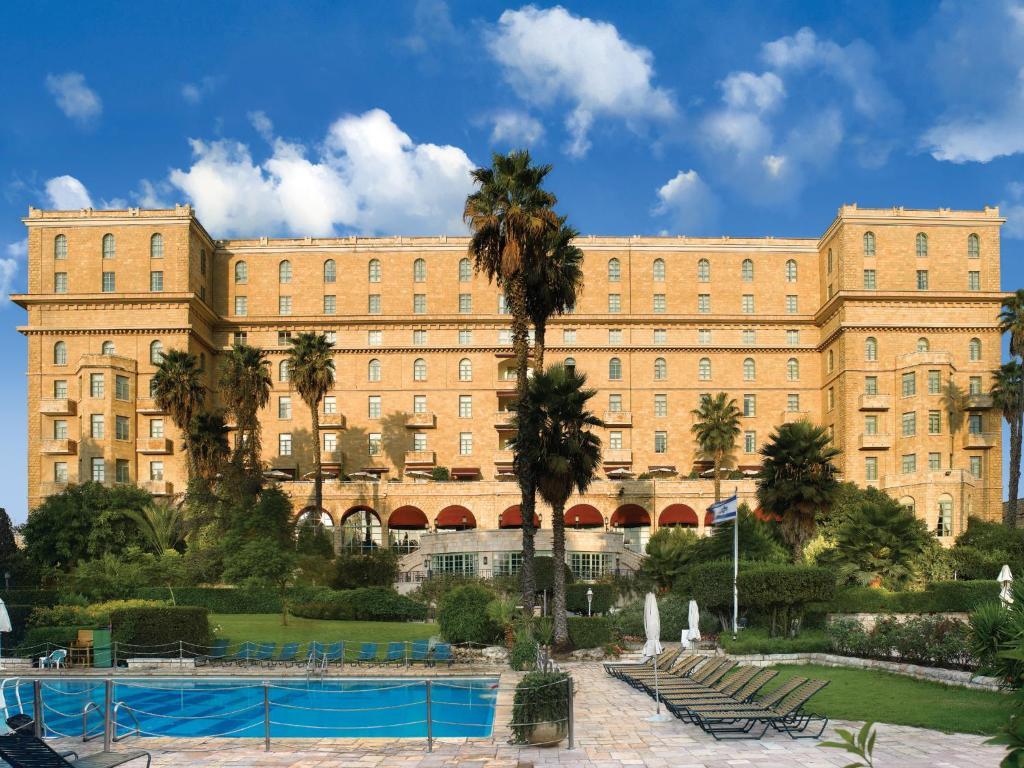 בריכת השחייה שנמצאת ב-מלון המלך דוד ירושלים או באזור