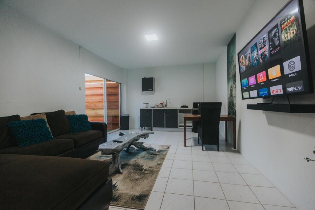 Uma área de estar em Buddha Studios Aruba