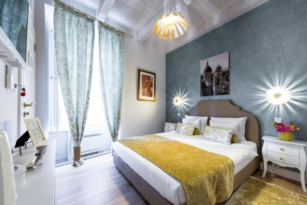 A bed or beds in a room at Dominus Little Palace