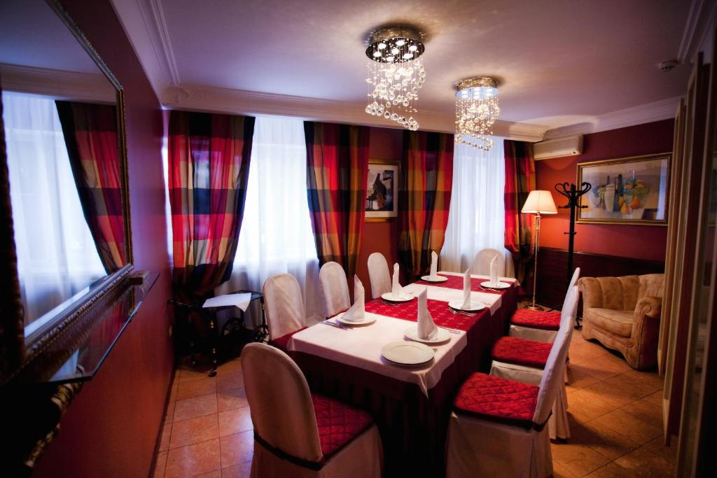 A restaurant or other place to eat at Zvezda Zhiguley Hotel