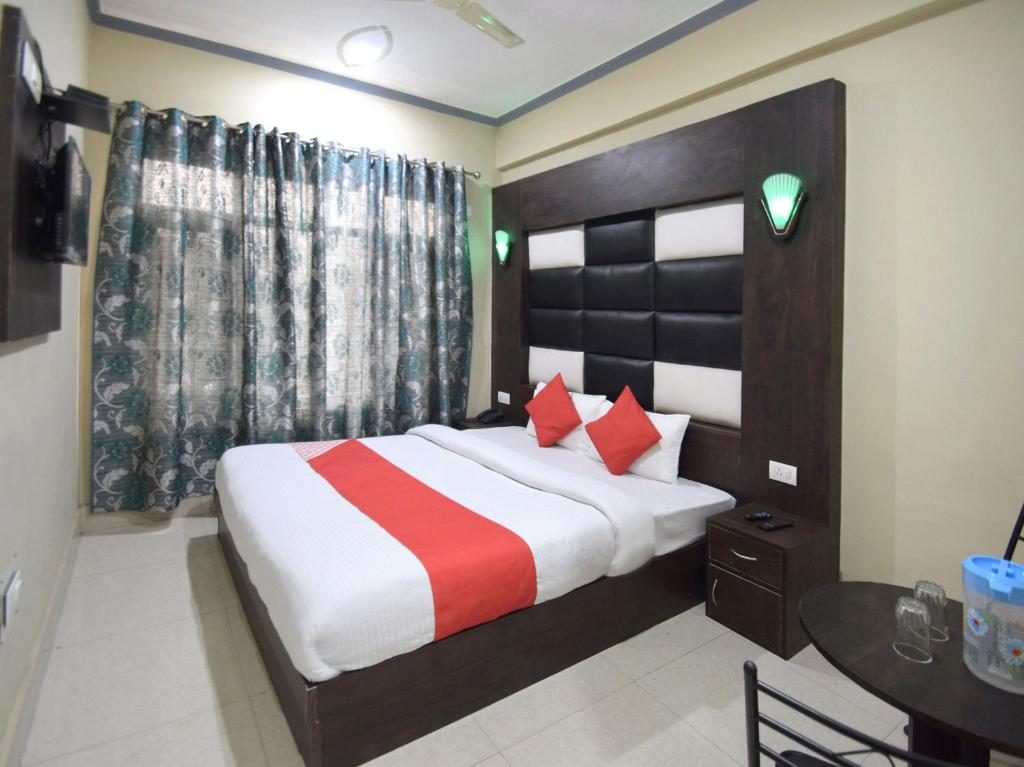 A bed or beds in a room at OYO 12202 Hotel Samar