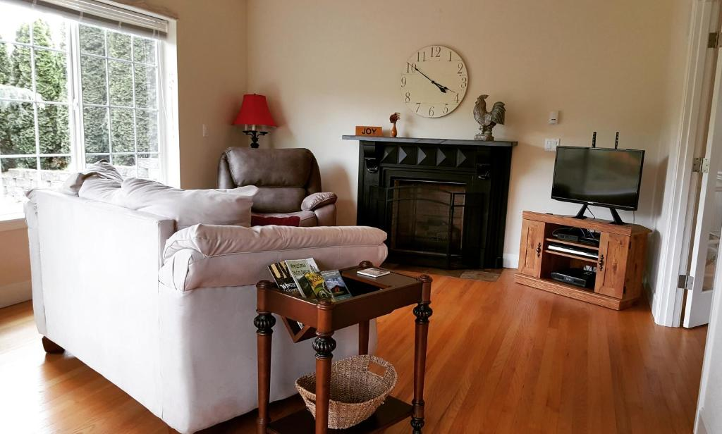 A seating area at Cougar Canyon Cottage